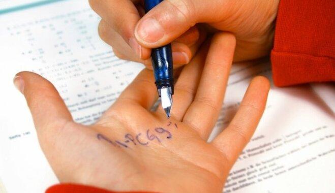 Valdība lemj, ka 9. un 12. klašu skolēniem eksāmeni būs jākārto tikai latviešu valodā
