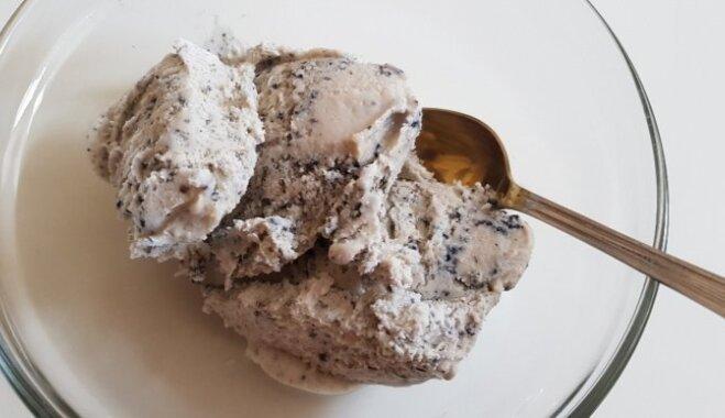 Черное мороженое со сгущенным молоком и кунжутом