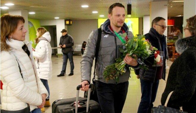 ФОТО: Скелетонисты вернулись в Латвию, но без Мартина Дукурса