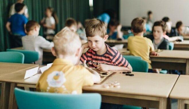 Prāta attīstības centrs 'Domātprieks' aicina bērnus asināt prātu, apgūstot dambretes spēli