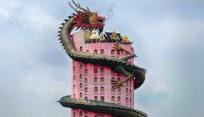 Foto: Neparasts templis Taizemē, ko apvij milzu pūķis