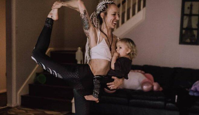 Iedvesmojoša mamma baro bērnu, nodarbojoties ar jogu