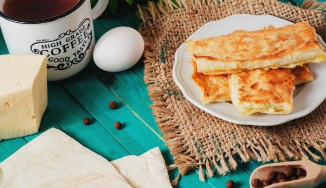 Ātras brokastis vai ballīšu uzkoda: pannā cepti lavaša rullīši ar šķiņķi un sieru