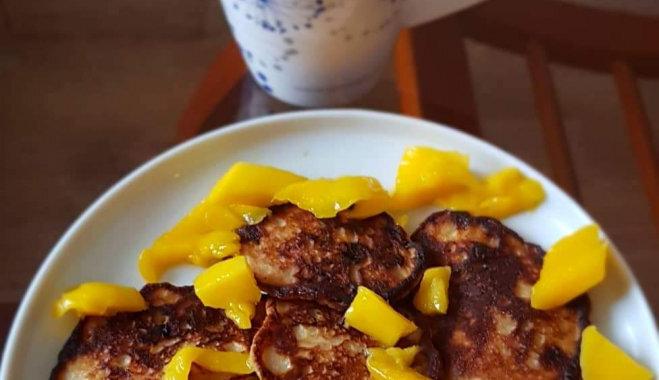 Veselīgās banānu pankūkas ar pilngraudu miltiem un mango