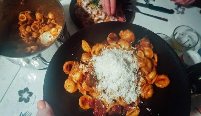 Vakariņas Itālijā: pasta ar sēnēm, saulē kaltētiem tomātiem un parmezānu