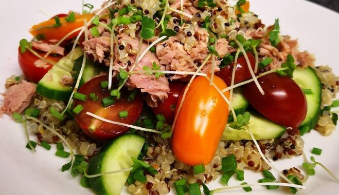 Veselīgie kvinojas salāti ar tunci un svaigiem dārzeņiem