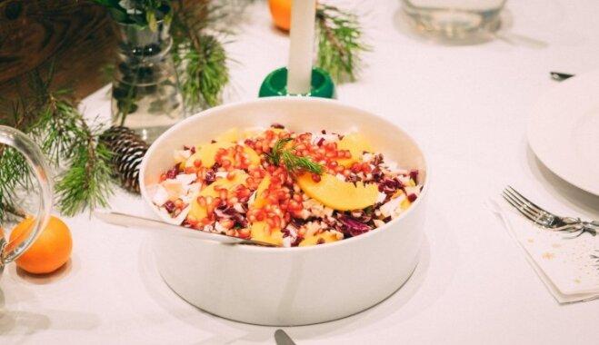 Kāpostu salāti ar konservētiem persikiem un granātābola sēkliņām
