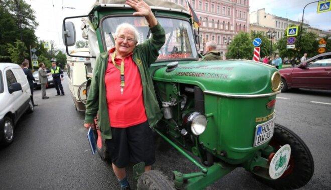81 gadu vecs vācu pensionārs ar traktoru cauri Baltijai aizbraucis līdz Sanktpēterburgai