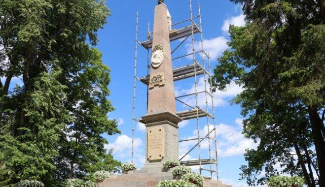Alūksnes muižas parkā atklāts restaurētais 18. gadsimta obelisks