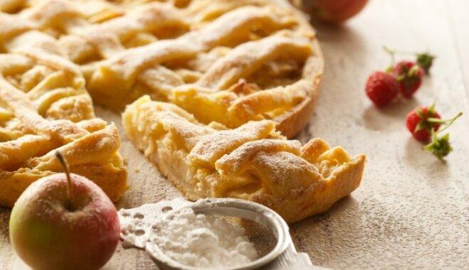 Pēc kanēļa un muskatriekstiem smaržojoša ābolkūka ar rīvētu cieto sieru 'Džiugas'