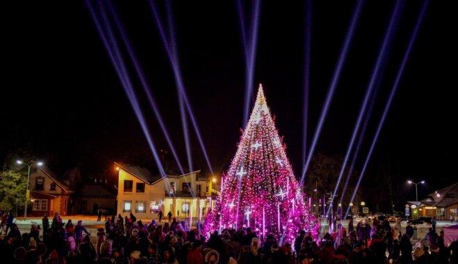 Video: Ar grandiozu gaismas šovu tiek iedegta Ziemassvētku eglīte Siguldā