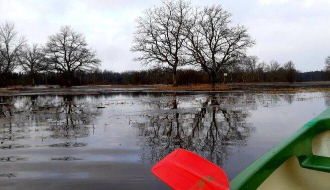 Klāt piektais gadalaiks: Igaunijas neparastajā Somā parkā šopavasar jau var laivot starp kokiem