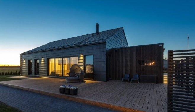 Foto: Melnā pērle Igaunijā — moderna koka māja, kuras pagalmā mīt melns gailis