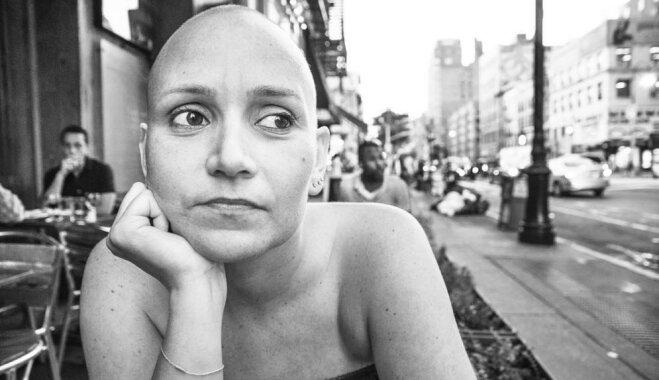 Aizkustinoši foto: Vīrs iemūžina sievas smago cīņu ar krūts vēzi
