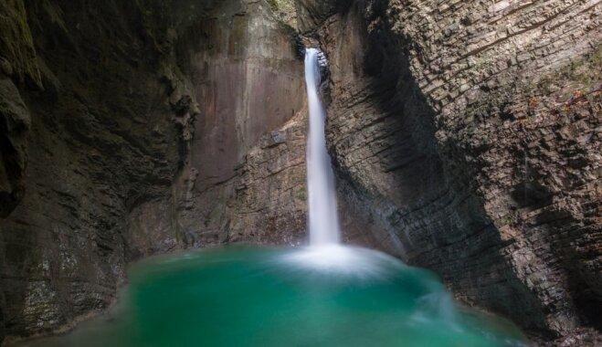 Skaists ūdenskritums Slovēnijā, ko ieskāvušas klintis