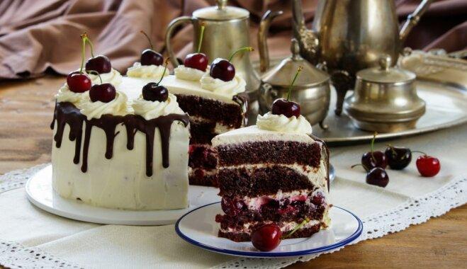 Soli pa solim: Švarcvaldes ķiršu torte ar putukrējuma kupenās slīgstošiem ķiršiem