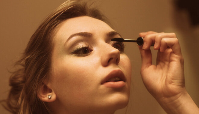 """""""Чуть не ослепла"""": почему опасно спать с макияжем"""