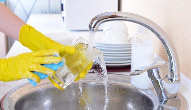 Triks, kā atgūt glāžu spodrību bez trauku skalošanas līdzekļa