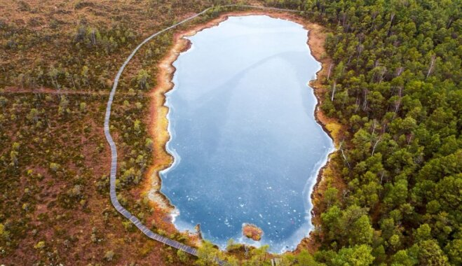 Foto: Pastaiga pa Kalnansu purva dabas taku gar Bezdibeņa ezeru