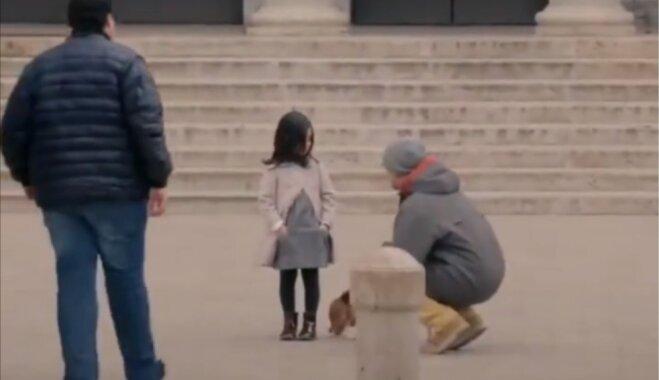 Sociāls eksperiments: sapucētai meitenītei gatavi palīdzēt visi, šmulīgai – neviens