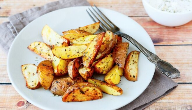 Sešas mērces kartupeļu aizdaram, kas liks aizmirst majonēzi un kečupu