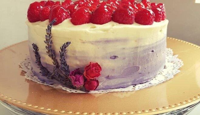 Citronu un lavandas kūka ar avenēm un maskarpones krēmu