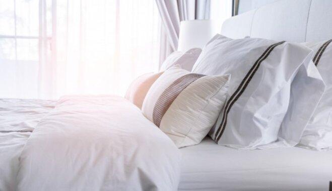 Zibenīgā kārtība guļamistabā – knifi gultas klājumam kā viesnīcā