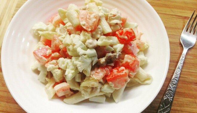 Makaronu salāti ar vistas girosu, ananasiem, tomātiem un ziedkāpostiem