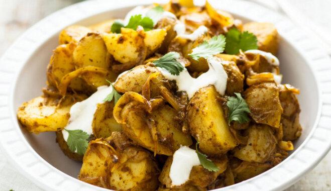 Salāti no jaunajiem kartupeļiem, sīpoliem, karija un bezpiedevu jogurta