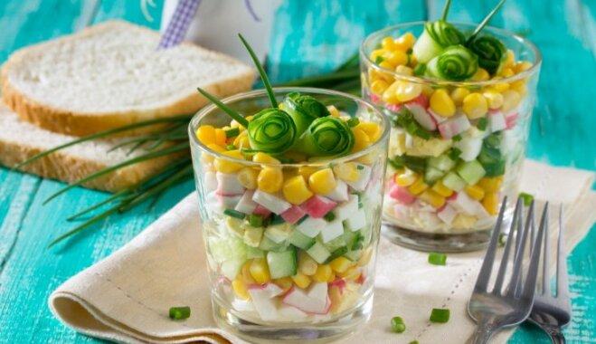 Krabju nūjiņu salāti ar kukurūzu un gurķi
