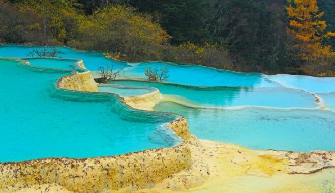 Pelde ar piedzīvojumu: dabiskas peldvietas, kas patiks adrenalīna un skaistu skatu medniekiem