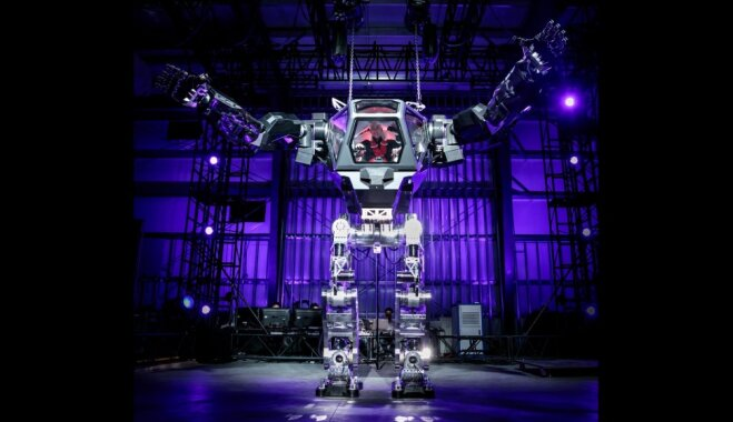 ФОТО, ВИДЕО: Гендиректор Amazon.com примерил робота, способного доставить посылку на 3-й этаж