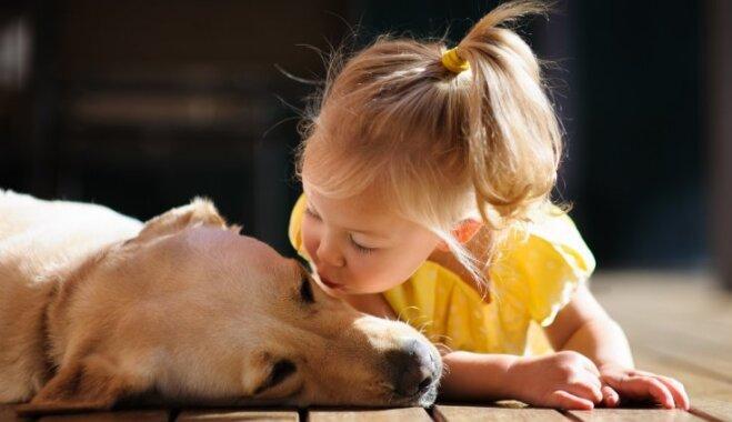 Bērns viens ar suni, nepareiza batuta lietošana – kļūdas, ko pieļauj vecāki vasaras atpūtā