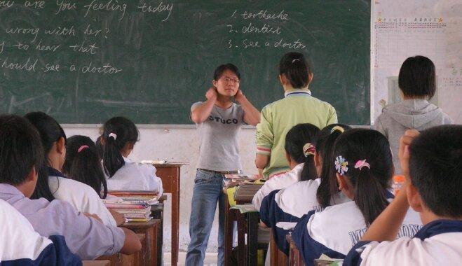 Ķīnā vidusskolēni paguļ diendusu un mācības turpina līdz pulksten 22