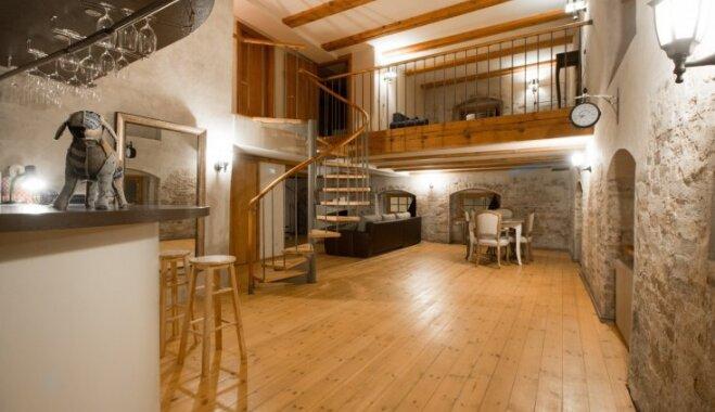 Šarmantās Vecrīgas pērle – divstāvu dzīvoklis ar senatnes auru