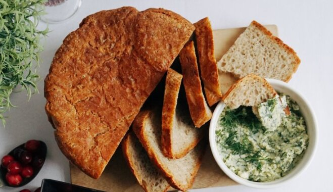 Вкусный праздничный хлеб с укропно-чесночным маслом