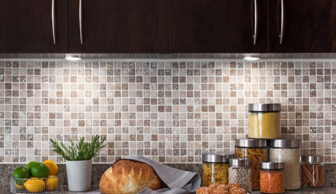 Kārtība virtuvē: kurus produktus glabāt ledusskapī, bet kurus - ārpus tā?
