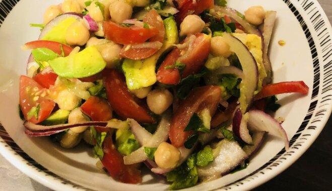 Turku zirņu-avokado salāti ar sulīgiem dārzeņiem