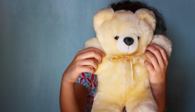 22 000 tiešas un netiešas vardarbības upuri-bērni; sāk plašu sabiedrības izglītošanas kampaņu