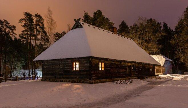 Foto: Ziemas nakts klusā romantika izgaismotajā Brīvdabas muzejā