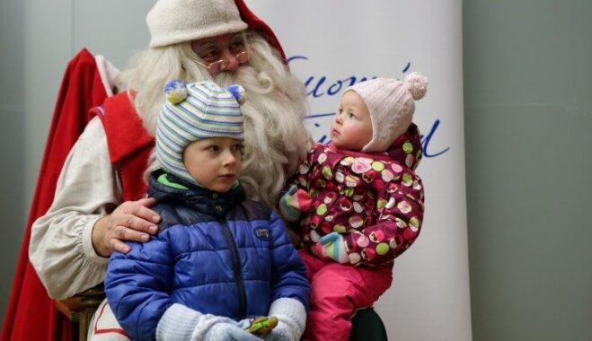 Foto: Lieli un mazi ķipari Rīgā tiekas ar Ziemassvētku vecīti no Lapzemes
