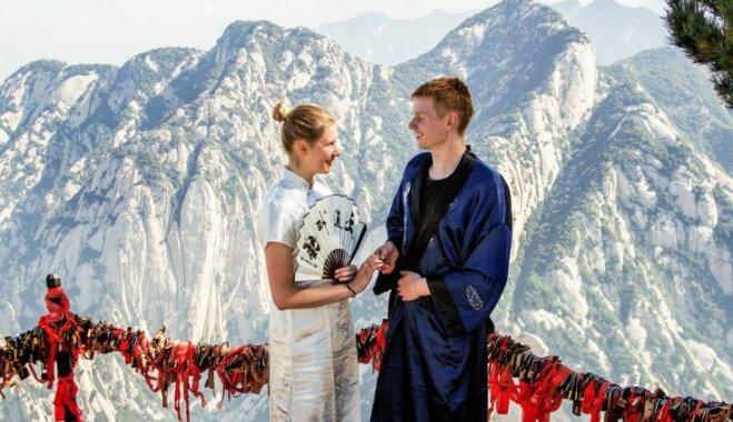 Apprecēties Ķīnā 'pa kluso'. Kā Andra un Matijs 31 stundu kāpa kalnā, lai salaulātos