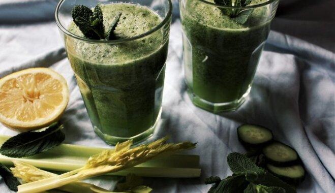 Gurķu-bumbieru zaļais kokteilis ar piparmētrām