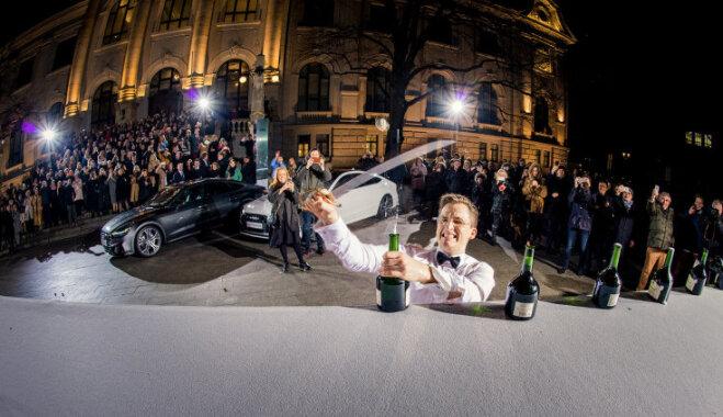 Raimonds Tomsons pārspēj pasaules rekordu šampanieša pudeļu atvēršanā ar zobenu
