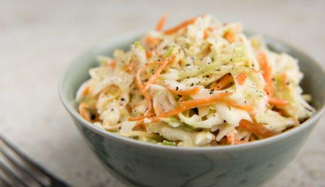 Vienkāršie svaigu kāpostu - burkānu salāti
