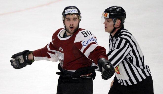 VIDEO: Koba Jass izvicina dūres pret NHL rezultatīvāko aizsargu Karlsonu