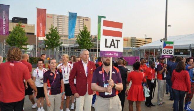 Londonas olimpiskajā ciematā pacelts Latvijas karogs