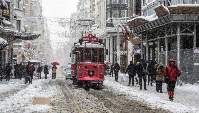 Снегопады парализовали Стамбул: Босфор закрыт, рейсы отменены