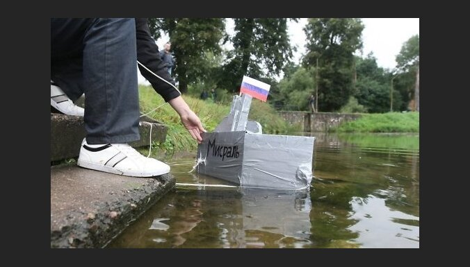 Viļņā pie Krievijas vēstniecības simboliski nogremdē karakuģi