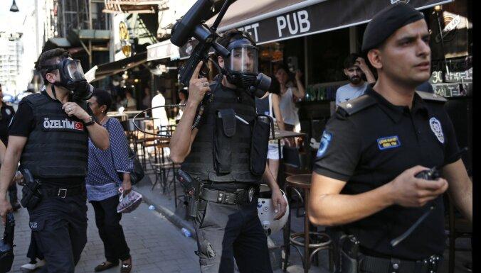 Turcijas policija ar asaru gāzi izklīdina neatļauta praida dalībniekus